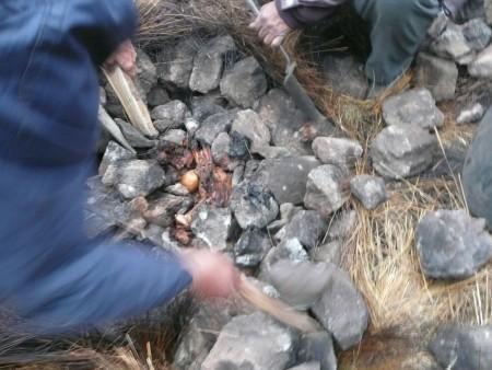 Nun muessen die heissen Stuecke aus den heissen Steinen geholt werden